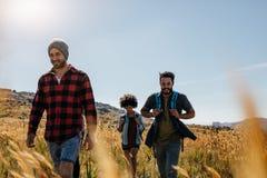 3 молодых друз на прогулке страны Стоковая Фотография RF