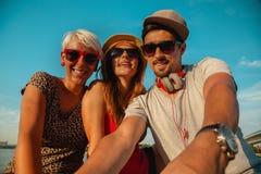 3 молодых друз принимая Selfie Стоковое Фото