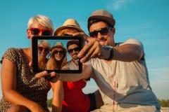 3 молодых друз принимая Selfie Стоковые Фотографии RF