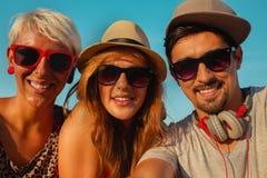 3 молодых друз принимая Selfie Стоковая Фотография