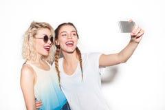 2 молодых друз принимая selfie Стоковое фото RF