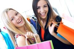 2 молодых друз ходя по магазинам совместно Стоковые Изображения