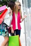 2 молодых друз ходя по магазинам совместно Стоковая Фотография