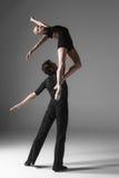 2 молодых современных артиста балета на серой студии Стоковое Изображение RF