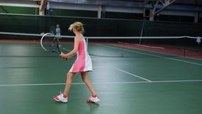 2 молодых спортсмена скача в рекреационную зону играя игру спорта 3 счастливых дет имея улучшать урока тенниса видеоматериал