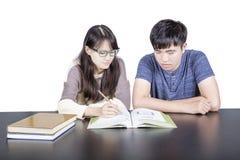 2 молодых студента любовника изучая, изолированный Стоковая Фотография RF