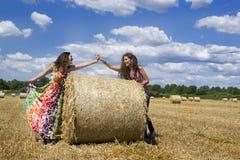 2 молодых счастливых девушки давая руки. Стоковые Фото