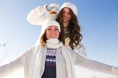 2 молодых счастливых женщины, 2 друз, имеющ потеху Стоковые Фотографии RF