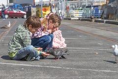 3 молодых счастливых усмехаясь дет идя в парк Стоковая Фотография RF