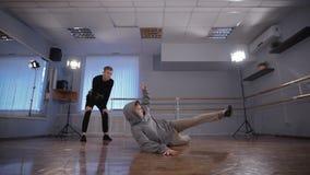 2 молодых танцора бедр-хмеля участвуя в сражении танца Танцор в черном давая месте для сражения к его другу танцор сток-видео