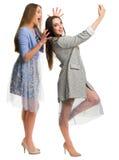2 молодых усмехаясь женщины делая selfie Стоковое фото RF