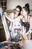 2 молодых художника работая совместно на картине Стоковое Изображение RF