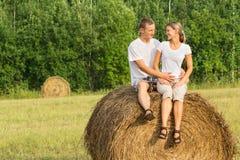 2 молодых любовника на стоге сена Стоковое Изображение