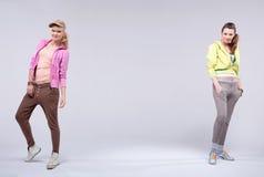 2 girlfreinds в ослабляя представлении. Стоковое Изображение RF