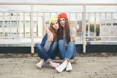 2 молодых longboarding подруги Стоковое Изображение