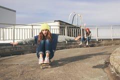 2 молодых longboarding подруги Стоковая Фотография