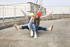 2 молодых longboarding подруги Стоковое Изображение RF