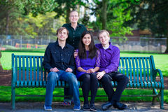 4 молодых multi этнических друз совместно на парке Стоковые Фотографии RF
