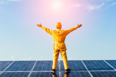 Модуль photovoltaics панели солнечной энергии с предпосылкой неба Стоковые Изображения RF