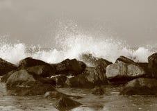 Молчаливая вода за большими утесами на пляже Стоковое Фото