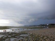 Молчаливый пляж с облаками стоковое изображение