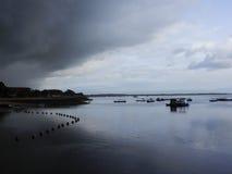 Молчаливый пляж с облаками стоковые фото