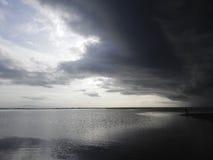 Молчаливый пляж с облаками стоковые изображения