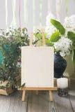 Мольберт с пустой белой карточкой Приглашение свадьбы в ретро стиле Стоковая Фотография