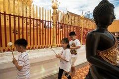 Молящ и оплачивающ уважения на виске Doi Suthep Стоковые Фото
