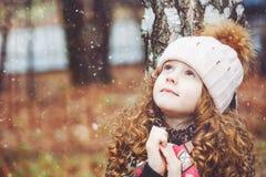 Моля маленькая девочка смотря вверх стоковое изображение