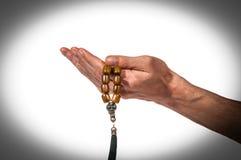 Моля руки с розарием Стоковое Фото