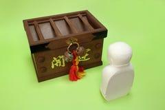 Моля ksitigarbha и коробка offertory в зеленом цвете Стоковое Фото