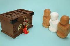Моля ksitigarbha и коробка offertory в сини Стоковые Фотографии RF