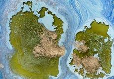 Мраморизованная голубая абстрактная предпосылка с золотыми sequins Жидкостная мраморная картина чернил Стоковые Изображения