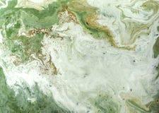 Мраморизованная зеленая и золотая абстрактная предпосылка Жидкостная мраморная картина Стоковые Изображения