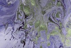 Мраморизованная фиолетовая абстрактная предпосылка с золотыми sequins Жидкостная мраморная картина чернил Стоковое Изображение