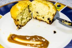 Мраморизованные булочки с обломоками шоколада сопровоженными с dulce de leche стоковое фото
