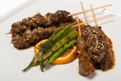 Мраморизованные kebabs говядины shish на протыкальниках Стоковые Фото