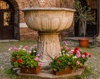Мраморная ваза двора базилики Santo Stefano болонья Стоковая Фотография