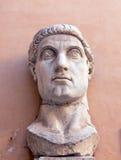 Мраморная голова представляя римский император Константина большой Стоковые Фотографии RF