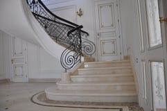 Мраморная лестница в престижном доме Стоковое Изображение