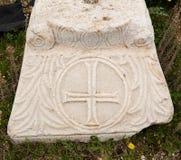 Мраморная плита с старыми христианскими символами в древнем городе Hierapolis Стоковое Фото