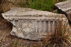 Мраморная плита с старыми христианскими символами в древнем городе Hierapolis Стоковые Фотографии RF