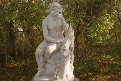 Мраморная скульптура в парке Павловска, Санкт-Петербурге, России стоковое фото