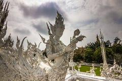 Мраморная статуя в белом виске, Таиланд стоковая фотография rf