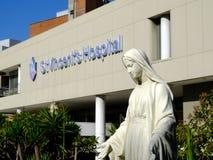 Мраморная статуя заботя монашки вне больницы ` s St Винсента, Сиднея, Австралии Стоковое Изображение