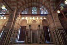 Мраморная стена с нишей врезанной михрабом, деревянными дверями, огромными сводами и витражами, мавзолеем Khayer Bek, Каиром, Еги стоковые фотографии rf