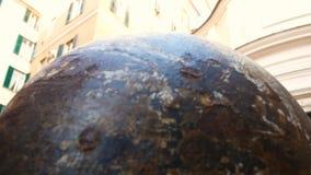 Мраморная сфера на тротуаре в центре Генуи сток-видео