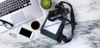 Мраморная установка настольного компьютера с современными мобильными устройствами и темным coffe Стоковая Фотография RF