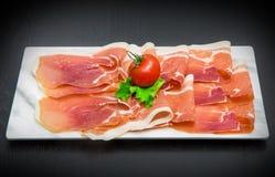 Мраморное блюдо с сырой ветчиной Стоковые Изображения RF